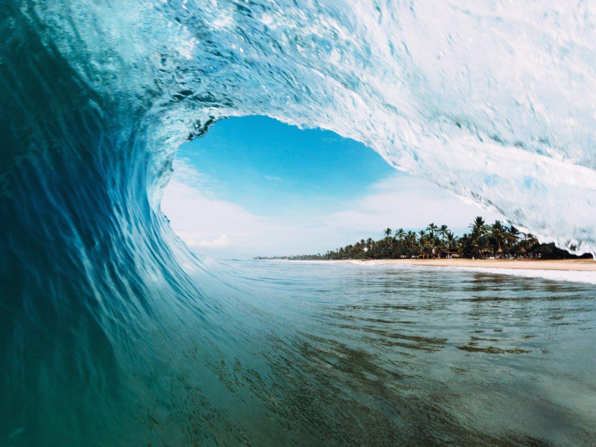 Pláž s vlnou na Srí Lance